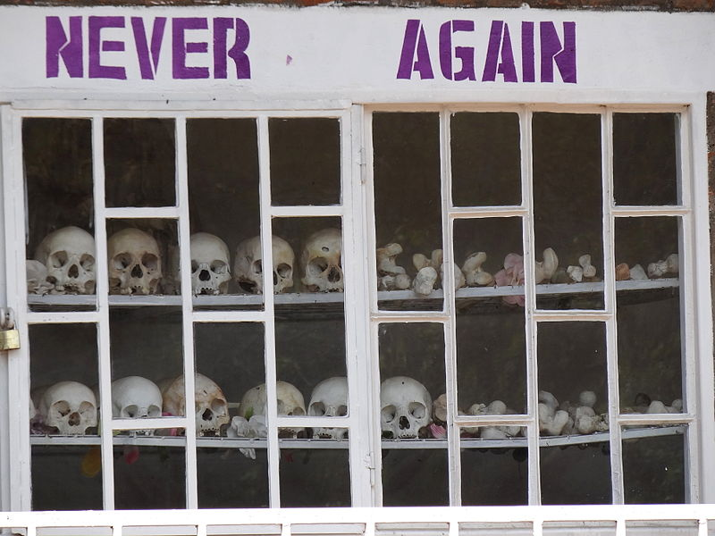 800px-Never_Again_-_With_Display_of_Skulls_of_Victims_-_Courtyard_of_Genocide_Memorial_Church_-_Karongi-Kibuye_-_Western_Rwanda_-_02